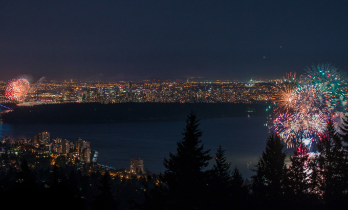 相片同時拍攝兩處溫哥華加拿大日煙花匯演