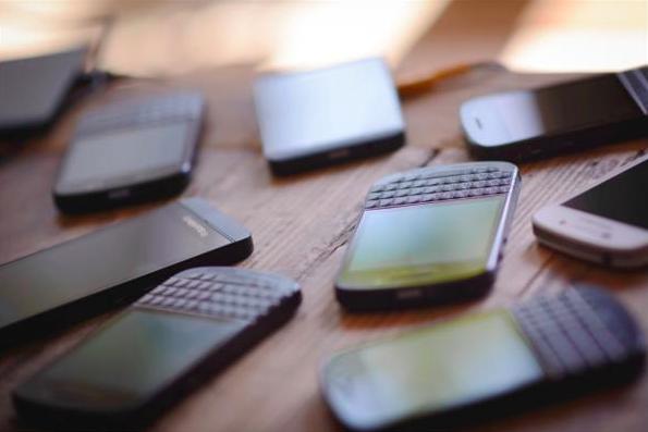 合約改兩年 手機價月費勢增