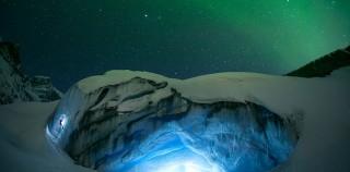 加拿大冰川夜景美如梦幻 璀璨极光点亮夜空
